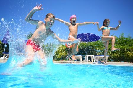 Warum riechen Schwimmbecken nach Chlor?