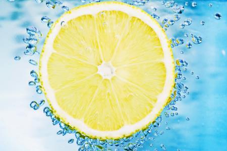 Putzen Sie Ihre Zähne mit Zitronenwasser