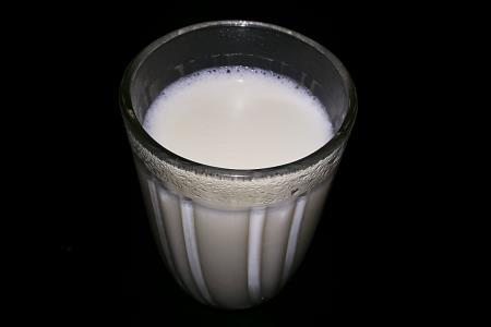 Milch mit Backpulver gegen Ernährungssünden