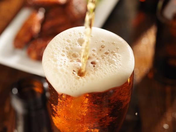 Warum auch Frauen Bier trinken und Nüsse essen sollten