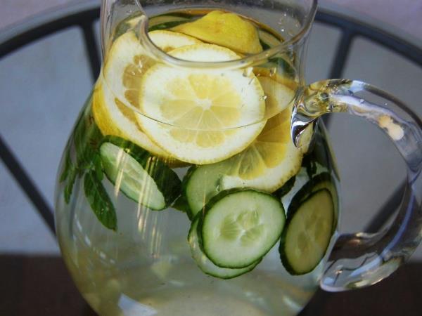 Wasser, das das Volumen des Abdomens reduziert